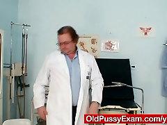 Blondinė milf nešioja akinius ir gauti pieniškas egzaminą
