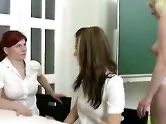 Senas mokytojas suvilioti dviejų paauglių studentai savo biurą ir parodo jiems žaislai ir lesbiečių seksas
