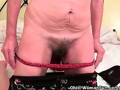 Plaukuota močiutė gauna savo furry pirštu skylę