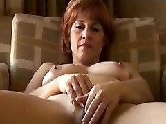Ώριμη γυναίκα με τα δάχτυλα το μουνί της και ρουφάει τον πούτσο