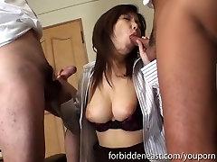 एशियाई लड़की एक बार में दो लंड