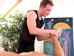 Twunk masseur tugs over client during massage
