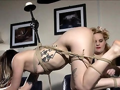 Pretty amateur gostosa rebola binds her goth sub with rope