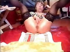 Must see this pissen ins bett pervert bitch !