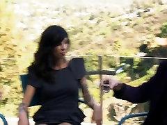 دو boobies گسترده زنان مبارزه با بالش با مردان