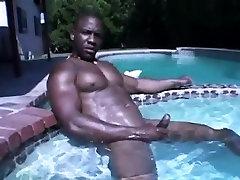 Seksi črna dude masturbates njegovega tiča ob bazenu