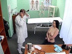 Čekijos mergina nori pasimylėti su savo gydytoju