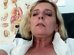 Zrel medicinska sestra enotno nošenje Tamara masturbacija