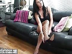 श्यामला सुनहरे बालों वाली श्यामला चाहता है अपने सह पर उसे सेक्सी नाइलन के मोज़े