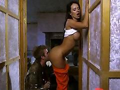Veiksmo filmas sekso scenos vaidina Franceska Jaimes ir Lexi Lowe ir milžinišką monstras gaidys Danny D