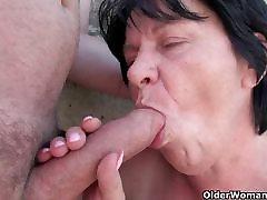 Močiutė sunkiai dirba dėl senelis nedideli varpa
