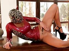 Juoda Angelika žino, kaip įdėti į striptizas