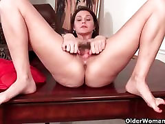 Mature milf works her taboo american stayl pussy