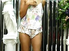 Sexy jawan aurat babe with cute ass plays with dildo