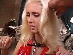 Seksi blondinka rdeče latex traja nekaj kazni