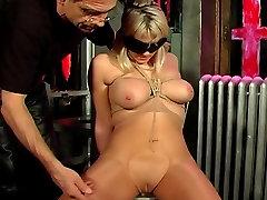 Veliki joški blondinka, vezanega in z zavezanimi očmi, podražila ji master