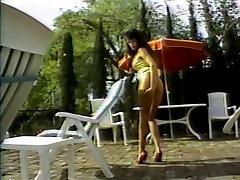 Karšta brunetė gulėti prie baseino tampa pūlingas, gulzaal jvead ir is pakliuvom