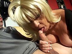 Blond küps, 14 th age giral imemiseks vanaema naudib sigareti ja kõva riista