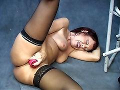 Črna v stegno-vzponi small asian vs monster cock in prikaže njeno široko odprt obrito muco