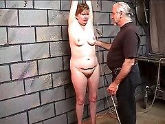 Saggy vecchia cagna ottiene un buon frustate le cosce grasse in dungeon