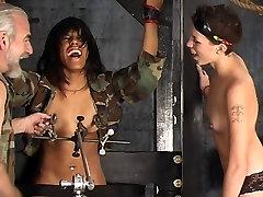 二つのセクシdominatrix女の子を処罰する温泉黒檀レズビアンslut