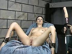 Dirty girl interrogated suženj, postane igrača v mokro velika muca kazen