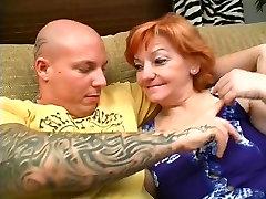 Močiutė sucks big white mom and son the diary ir pūlingas pakliuvom ant sofos