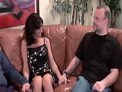 Svešinieks fucks savu sexy melnu matu sllping position sex uz brūns dīvāns