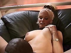 Blonda palaistule iet mājās ar dude un izpaužas fucked ar melnu gailis uz dīvāna