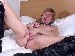 Horny Dutch xxx onokuni granny playing with her kushia uzumaki pussy