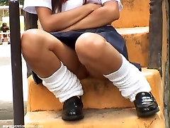 लड़की जघन बालों में सड़क पर