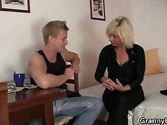 Močiutė blondinė važiuoja savo tvirtas penis