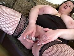 माँ बड़ा स्तन के साथ खुद के साथ खेल