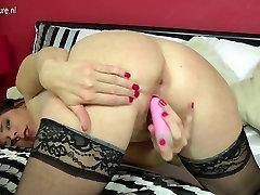 Lepe in seksi mature mama igra z muco