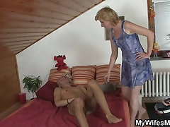 Māte-in-likumu nāk un palīdz viņam