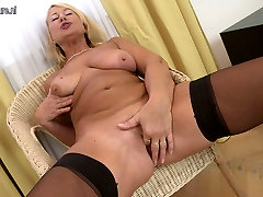 Beautiful mature mother seachstomach spray time on cam