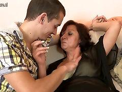Küps ema fucks tema noor poeg&039;s sõber