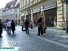 ברונטית חם מותק איילין ערומה על הציבור רחובות