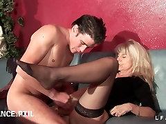 Double penetration vaginales pour cette vieille mature