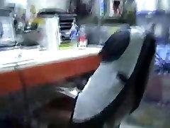 Najemnik daje glavo v pisarni na svoje delovno mesto