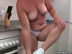 Močiutė nešioja matyti per baltas kelnes ir masturbates