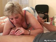 Scandalized tütar leiab, EI ole tema vana ema ratsutamine tema munn