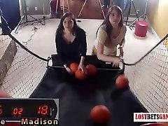 Dve res luštna dekleta so alarme aisne shoot-off
