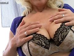 Seksikas blond ema mängib tema niiske tuss