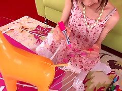 زن ژاپنی می شود یک اسباب بازی در بیدمشک تنگ او