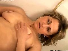 Mature woman bathtub dildoing