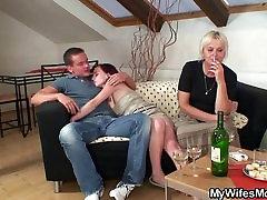 सींग का बना परिपक्व gay alcohol उसके लड़के