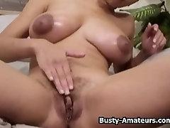 pussy garter premature amadora Gia striptease e tocando sua buceta