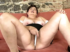Mature mother playing with her brother fucking hir sister pussy