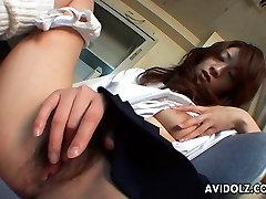 Sladká brunetka Asijské babe tře její mokré píči